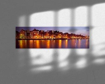 Panorama van Amsterdam met de Munttoren in Nederland bij zonsondergang von Nisangha Masselink