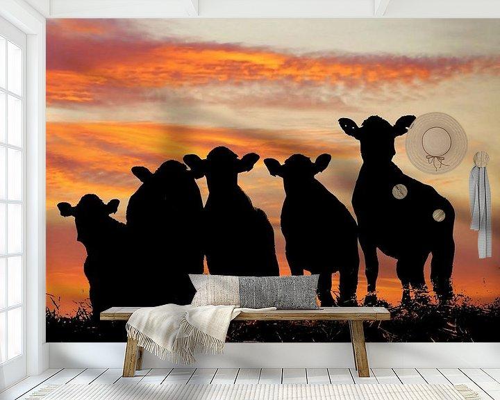 Sfeerimpressie behang: Sunset cows van Annemieke van der Wiel