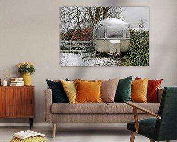 Oldtimer Caravan in de sneeuw van Wybrich Warns
