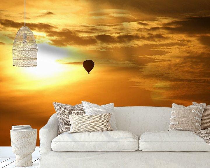 Sfeerimpressie behang: Hot air balloon at sunset van Jeroen van Deel