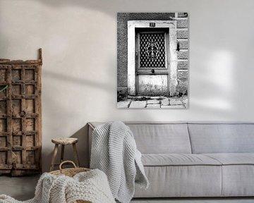Alte Tür (schwarz-weiß) von Caroline Lichthart