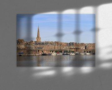 Saint-Malo stadsgezicht in de zomer van Dennis van de Water