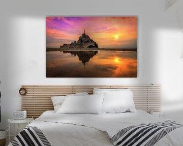 Zonsondergang met reflectie bij Mont Saint-Michel van Dennis van de Water