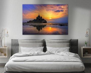 Vibrante zonsondergang Mont Saint-Michel van Dennis van de Water