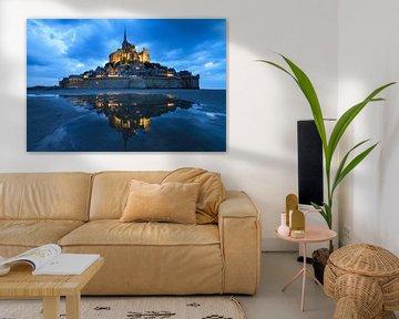 Mont Saint-Michel in het blauwe uur met reflectie van Dennis van de Water