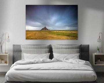 Dreigende wolken boven  Mont Saint-Michel van Dennis van de Water