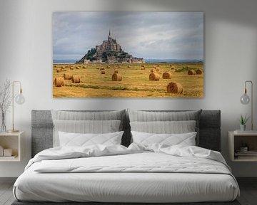 Mont Saint-Michel met strobalen van Dennis van de Water