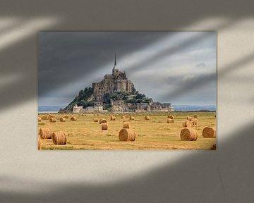 Hooibalen op de akker bij Mont Saint-Michel van Dennis van de Water