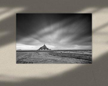 Mont Saint-Michel met wolken in zwart-wit van Dennis van de Water