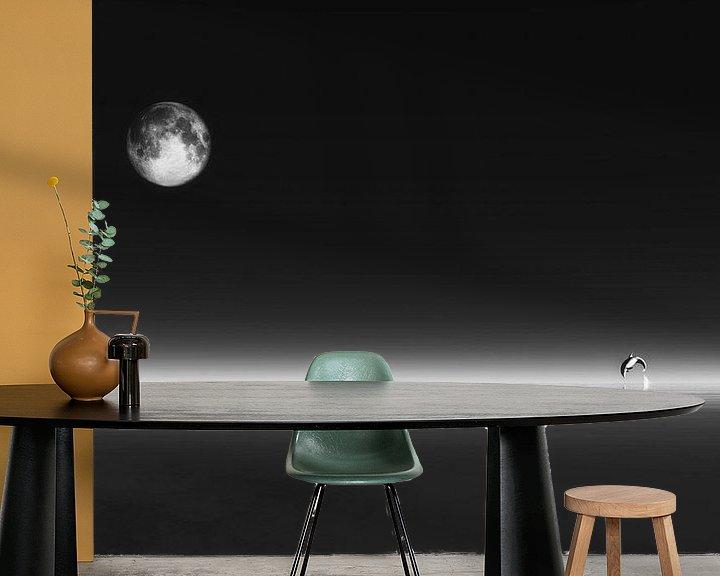 Sfeerimpressie behang: Dierenrijk – De dolfijn met de maan van Jan Keteleer