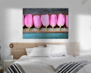een groep roze tulpen met houten vintage achtergrond van Sonja Blankestijn