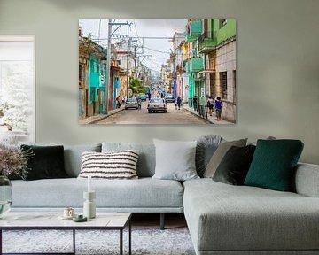 An infinite and colorful side street in Havana - Cuba sur Michiel Ton