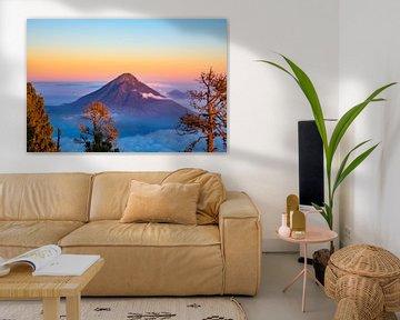 zonsopgang over de Aqua vulkaan - Antigua Guatemala van Michiel Ton