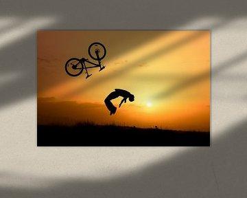 Stunt fietser bij zonsondergang