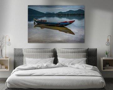 Fischerboot mit Reflexion im Wasser. von Adri Vollenhouw