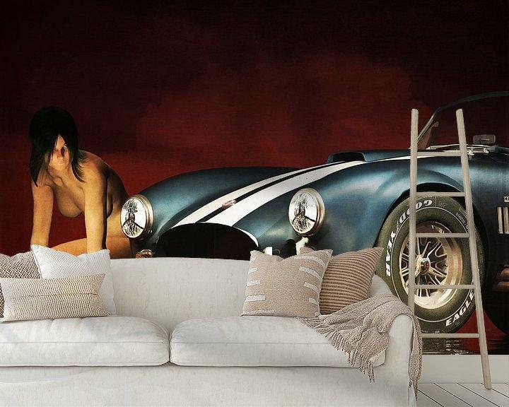 Sfeerimpressie behang: Erotisch naakt - Naakte vrouw met een Ford Cobra van Jan Keteleer