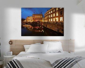De Oudegracht in Utrecht met de Winkel van Sinkel en het Stadhuis van Donker Utrecht