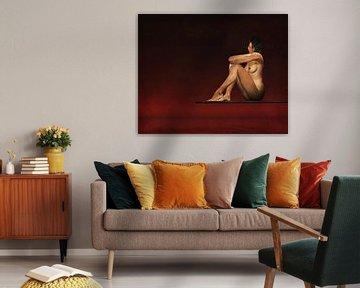 Erotisch naakt - Naakt model zit op een plank boven het water