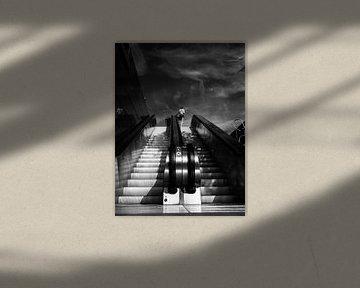 Frau auf einer Rolltreppe von Fokko Muller
