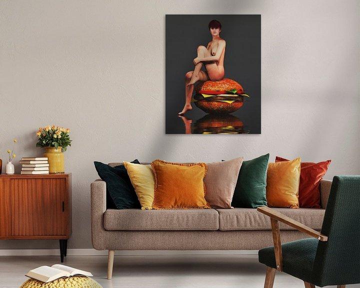 Sfeerimpressie: Erotisch naakt - Naakt zittend op een gigantische hamburger. van Jan Keteleer