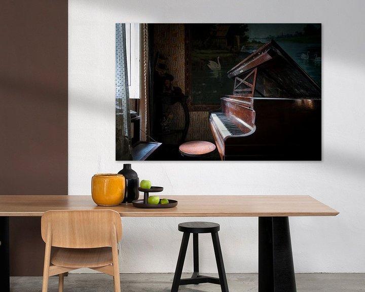 Sfeerimpressie: Verlaten Piano in het Donker. van Roman Robroek