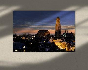 Zicht op de binnenstad van Utrecht met Plompetorengracht en Domtoren van Donker Utrecht