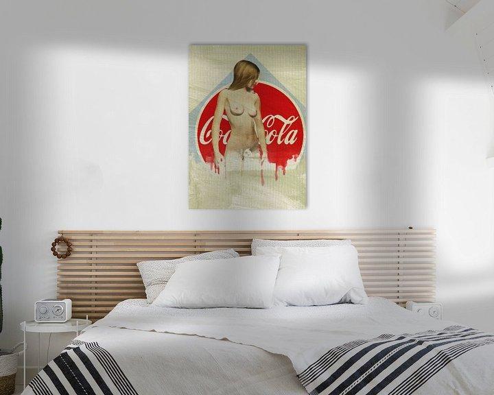 Sfeerimpressie: Erotisch naakt - naakte vrouw tegen het iconische Coca-Cola-logo van Jan Keteleer