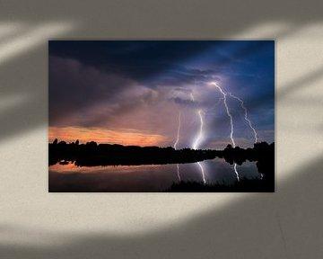 Kwartet bliksem aan de Linge bij zonsondergang van Gerben Tiemens