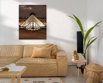 Supermond scheint über dem Louvre in Paris von Michaelangelo Pix