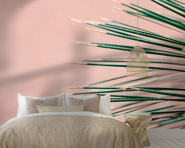 Sfeerimpressie behang: Green on coral | Botanische moderne foto print | Tropische vibe kunst Art Print van Raisa Zwart