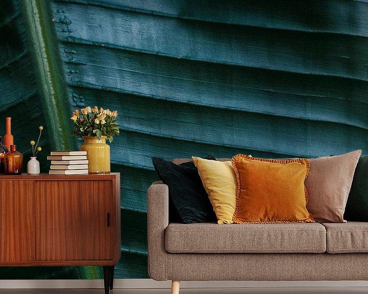 Sfeerimpressie behang: Donkergroen palmblad | Botanische foto print voor aan de muur van Raisa Zwart
