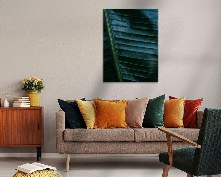 Sfeerimpressie: Donkergroen palmblad | Botanische foto print voor aan de muur van Raisa Zwart