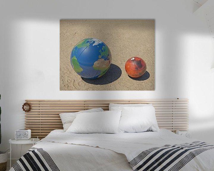 Sfeerimpressie: De Aarde en Mars op het strand van Frans Blok