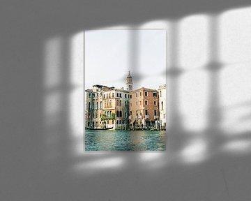 Reisefotografie | Architektur in Venedig | Pastellfarbene Gebäude und die Kanäle Italien von Raisa Zwart