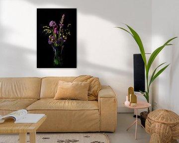 boeket met paarse bloemen in een Murano vaas