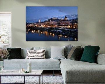 Salzburg by night van af de brug over de Salzach rivier van tiny brok