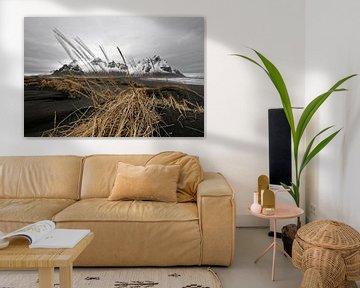 Mountain range behind black sand dunes in Iceland van Ralf Lehmann