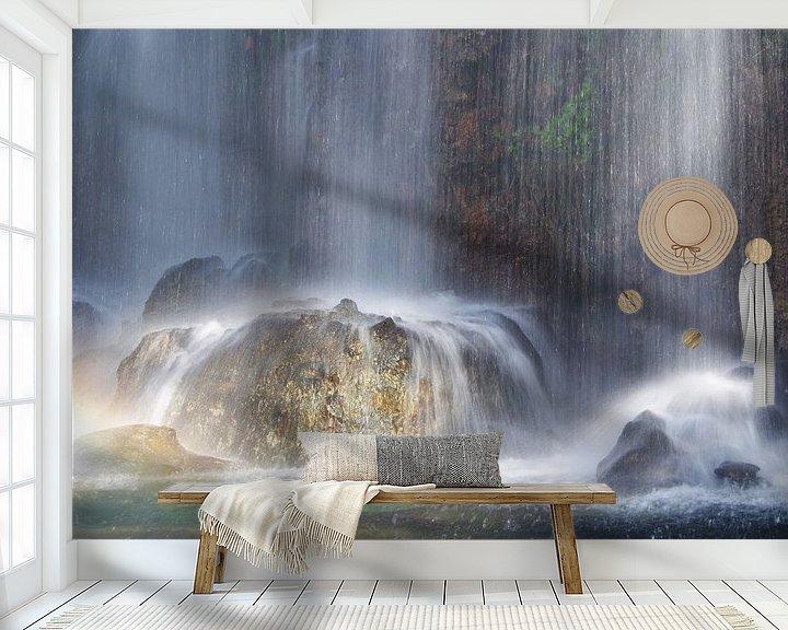 Sfeerimpressie behang: Zonlicht op een waterval van Romuald van Velde