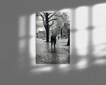 Straatfotografie in Utrecht. Met de paraplu door de regen op het Domplein in Utrecht. (Utrecht2019@4