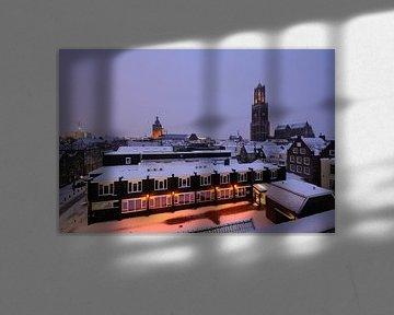 De binnenstad van Utrecht met Domtoren en Domkerk in de winter van Donker Utrecht