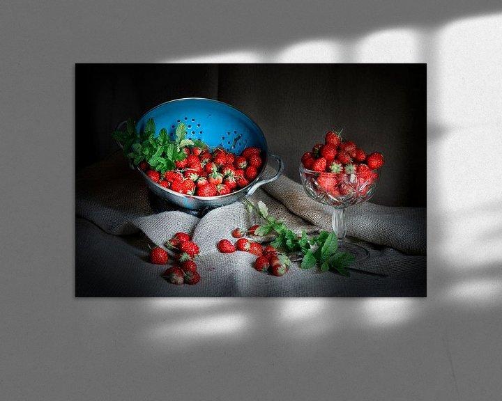 Sfeerimpressie: Stilleven met aardbeien en blauwe vergiet op linnen doek. van Marianne van der Zee