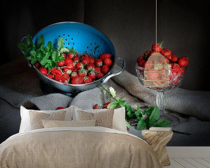 Sfeerimpressie behang: Stilleven met aardbeien en blauwe vergiet op linnen doek. van Marianne van der Zee