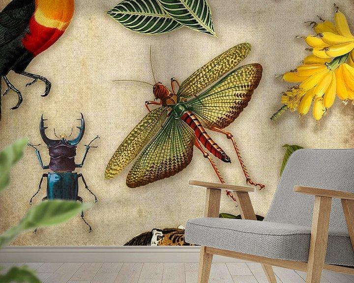 Sfeerimpressie behang: Tropische schoolplaat met vogels, vissen en jungle dieren. van Studio POPPY
