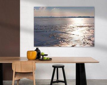 Winterlandschap over het water in Nederland.