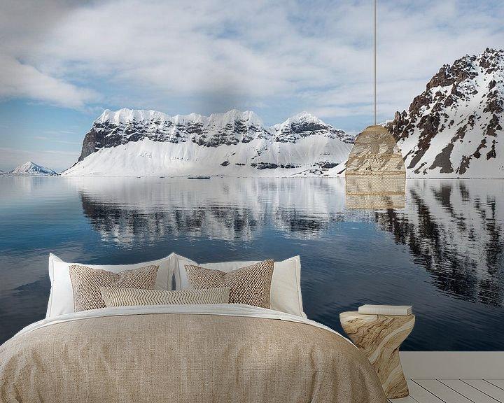 Sfeerimpressie behang: Diep in het fjord is het water rustig en reflecteert het landschap van Gerry van Roosmalen