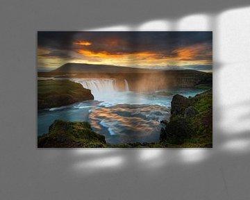 Grote waterval in het wilde landschap in het avondlicht van Ralf Lehmann