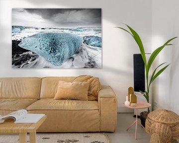 Big block of ice in the surf van Ralf Lehmann