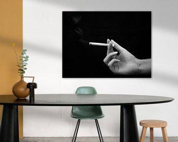 hand met sigaret zwart wit, hand with sigaret black and white von Evelien Brouwer