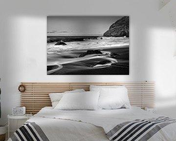 Black volcanic beach with stones, water movement in long exposure van Ralf Lehmann