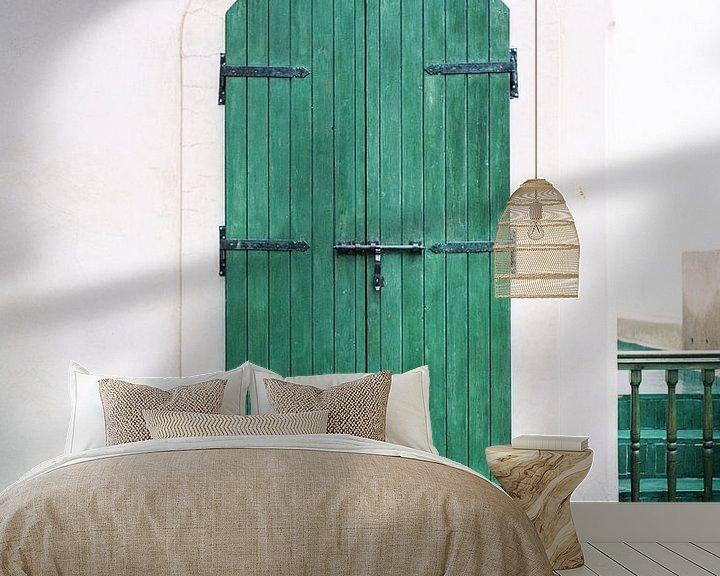 Sfeerimpressie behang: Le Jardin Secret   Turkooise houten deur in Marrakech   Kleurrijke reisfoto reislust van Raisa Zwart